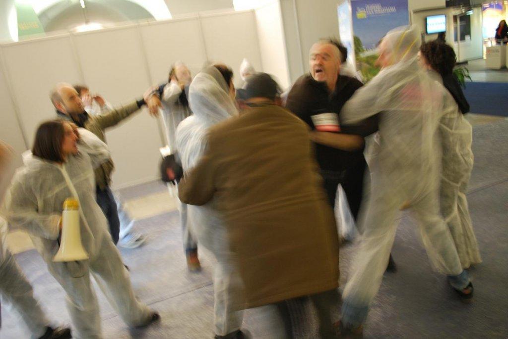 Alessandria – Picchiata lavoratrice precaria del teatro alla Fiera Ambiente e Ambienti