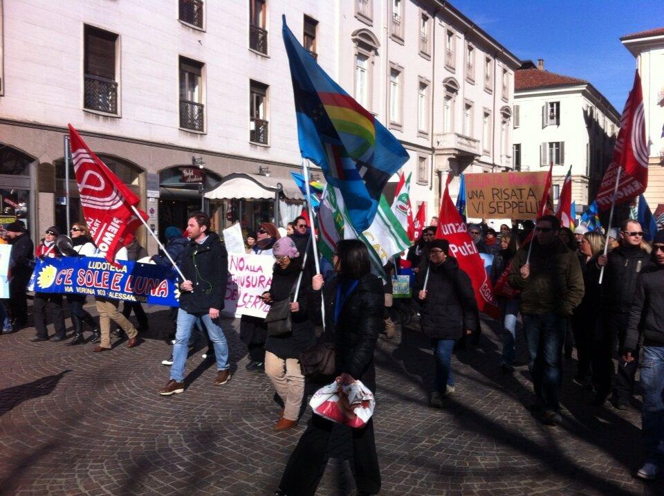 Scoppia la protesta – I lavoratori delle partecipate assediano il Comune, poi invadono il centro cittadino