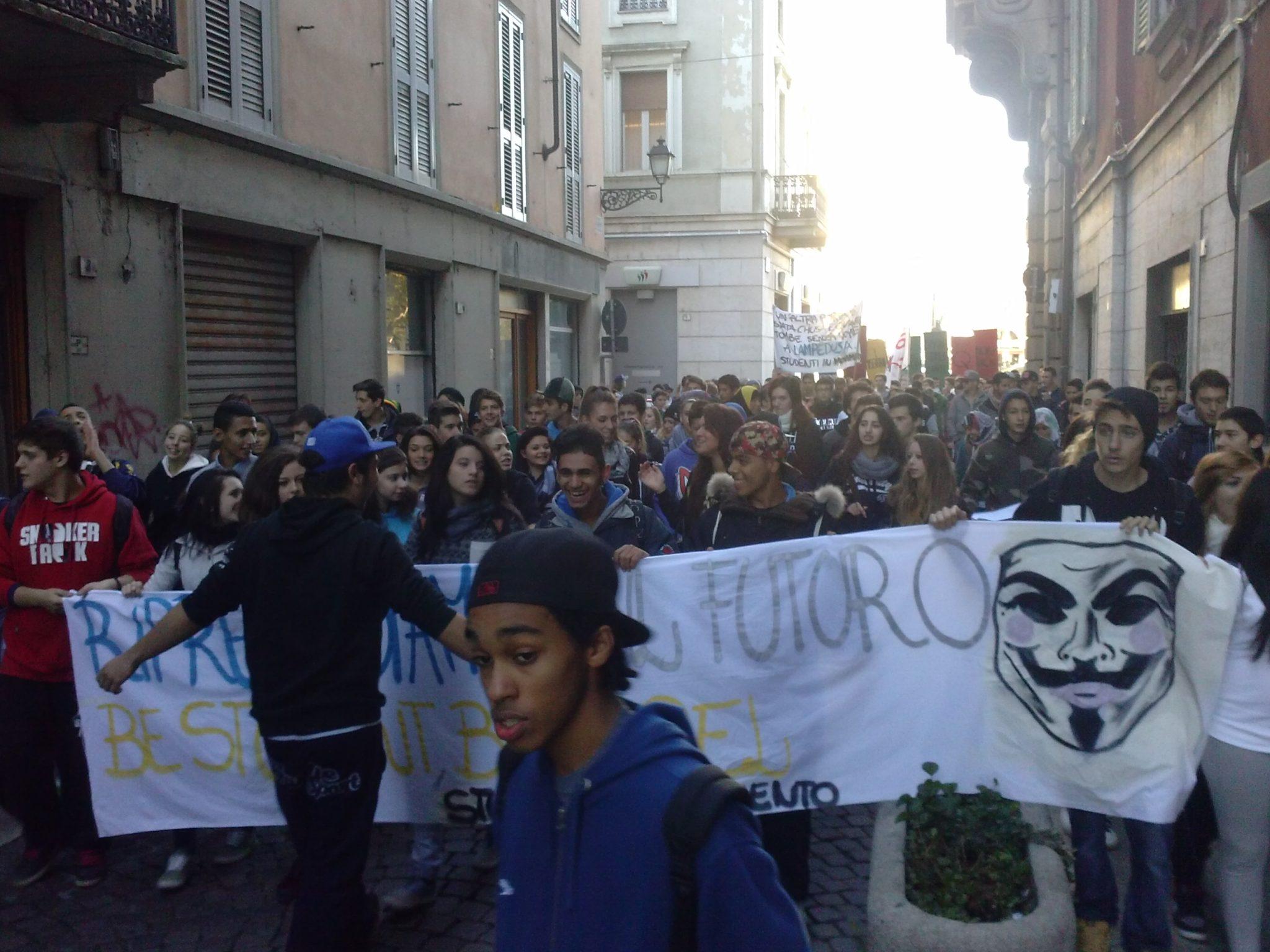 Alessandria – Gli studenti scendono in piazza per riprendersi il futuro