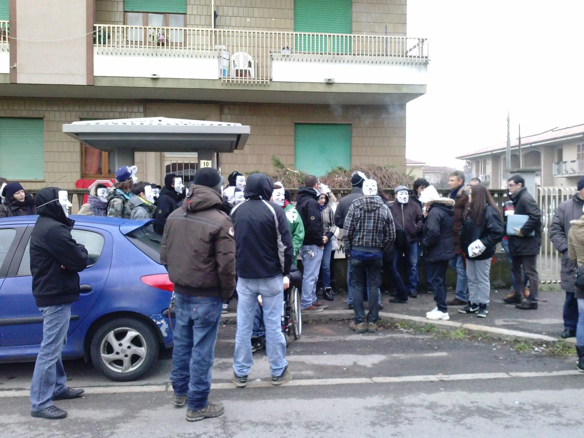 Alessandria – Il movimento per la casa blocca 6 sfratti e occupa la sede del PD