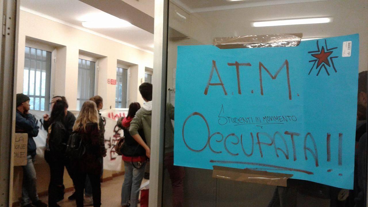 Studenti occupano gli uffici di Amag-mobilità