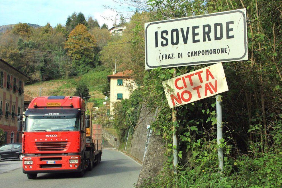 Decine di betoniere entrano ed escono da Cravasco verso gli altri cantieri della Valpolcevera