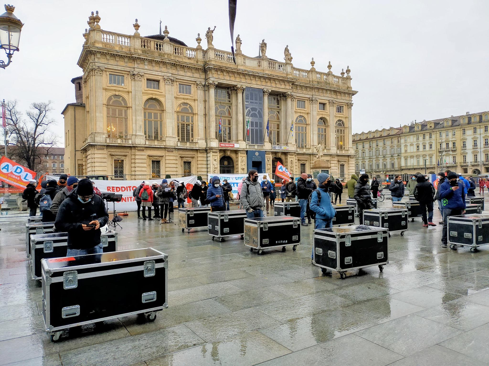 I lavoratori dello spettacolo murano simbolicamente la Regione Piemonte