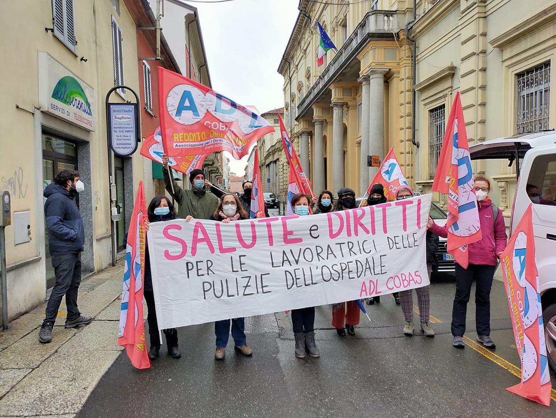 La lotta delle pulitrici non si ferma: presidio davanti all'ospedale di Alessandria per i tamponi